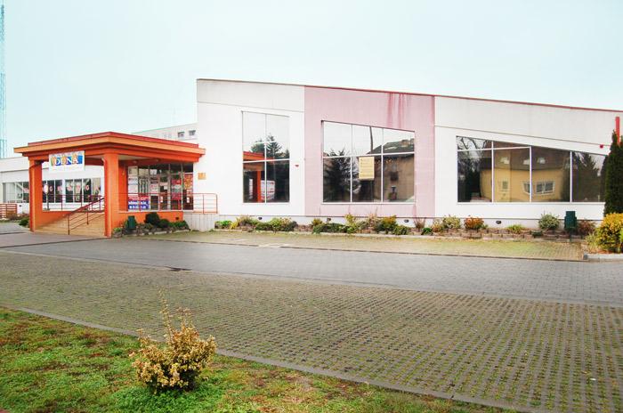Vásár Market üzlet bejárat elöl 2310 Szigetszentmiklós, Gyári út 9.